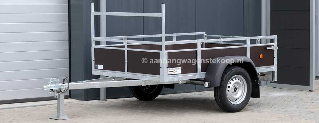 Ongeremde enkelas aanhangwagen met bruin betonplex laadbak
