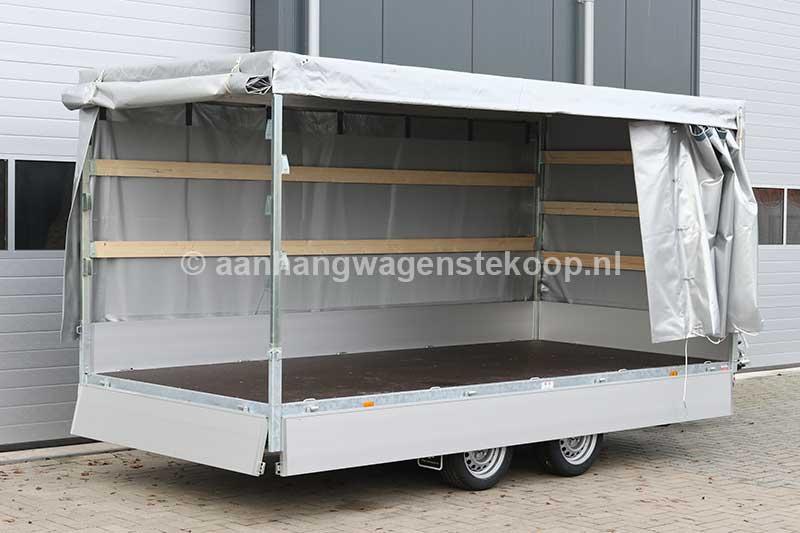 Tandemas plateauwagen met geopende huif
