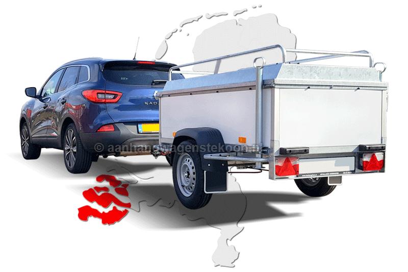 Personenauto met bagage aanhangwagen op weg naar Zeeland