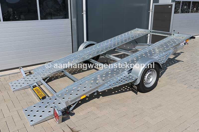 Kantelbare enkelas autotransporter met open laadvloer