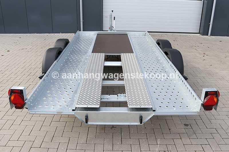 Tandemas autotransporter met halfdichte laadvloer en oprijplaten