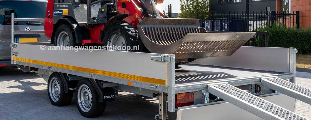 Multitransporter met shovel in de laadbak