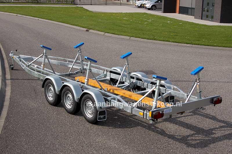 Boottrailer met drie assen voor het stallen van een kielboot
