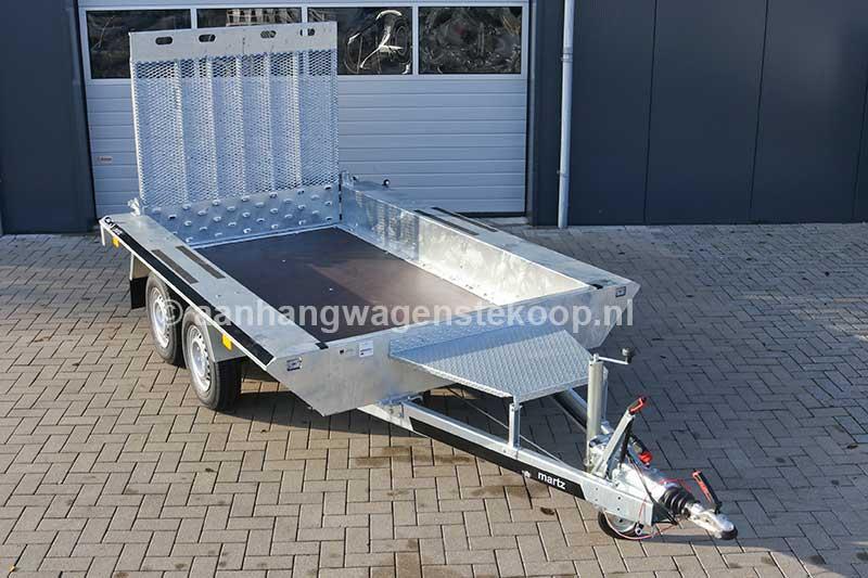 Tandemas machinetransporter voorzien van graafbaksteun