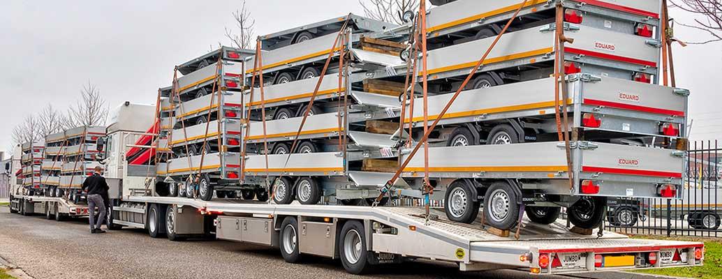 Nieuwe leveringen aanhangwagens op vrachtauto's