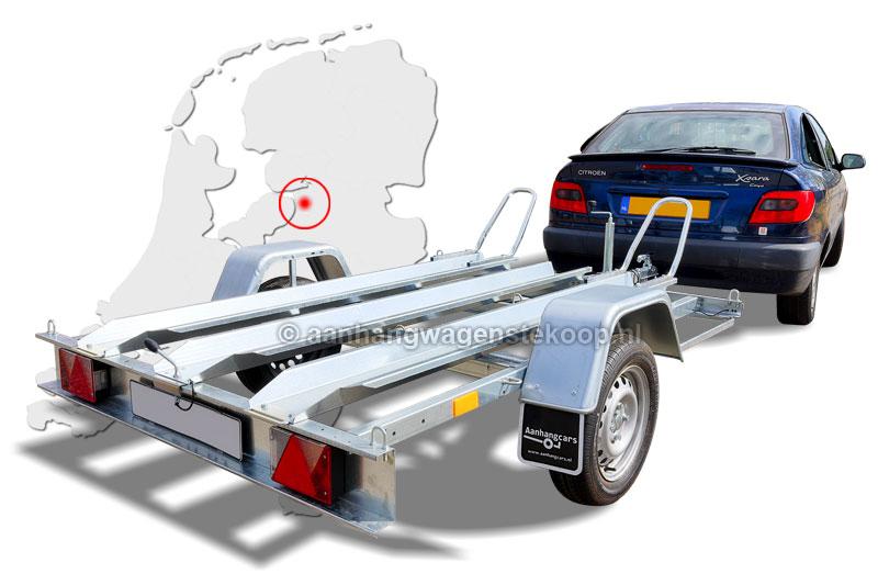 Auto met een motortrailer van spotgoedkope aanhangwagens in Kampen